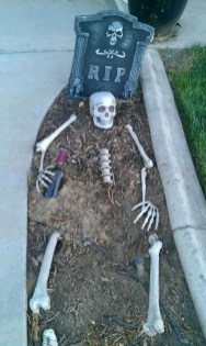 Most Amazing DIY Halloween Decoration Ideas to Make Your Outdoor Decoration More Perfect 27