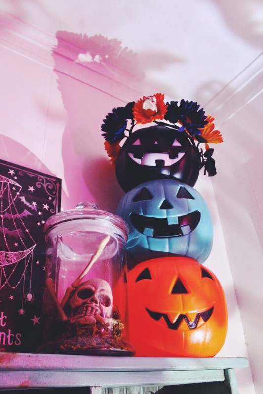 Small Bedroom Decoration with Halloween Ornament 28