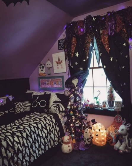 Small Bedroom Decoration with Halloween Ornament 29