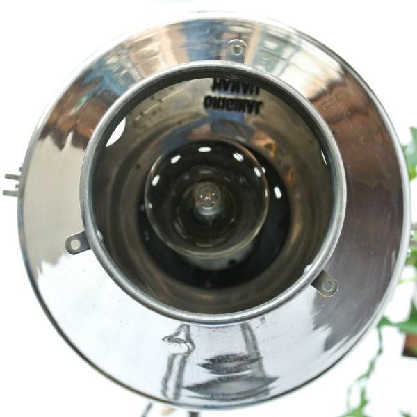 Ancienne lampe médicale de luminothérapie (circa 1940) du fabricant allemand Hanau. la tête est en aluminium et à l'extrémité se trouve l'interrupteur d'origine en bakélite ( nous avons monté un nouvel interrupteur, lui aussi en bakélite, sur le cordon dû à l'ancienneté de l'original)....anciellitude