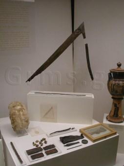 Εικ. 3. Αρχαιολογικό Μουσείο Πειραιώς: η προθήκη με τα ευρήματα του Τάφου ΙΙ της Δάφνης.