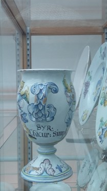 Inscription on German vase. It refers to a type of syrup, although which one exactly, I do not know
