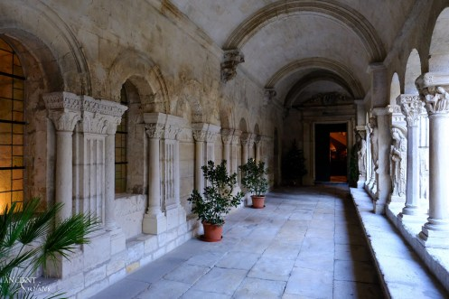 Limestone-columns-entryway-ancient-surfaces-provence