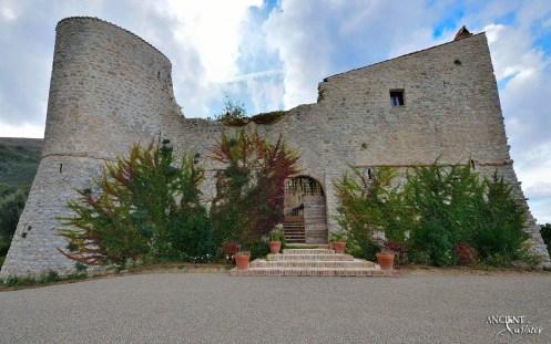 italian-limestone-farmhouse-outoor