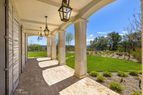 limestone-pavers-with-limestone-columns