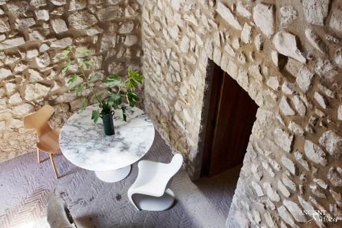 italian-house-beautiful-outdoor-seating-area-limestone-wall-cladding
