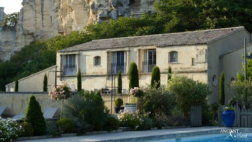 Hotel-luxe-Baumaniere-Antique-Limestone-pool-coping-wall-cladding-provence