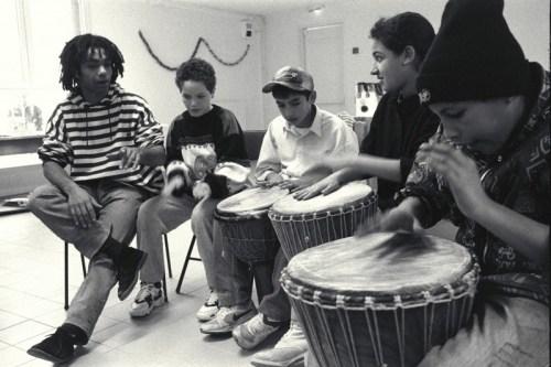 répétition des tambours avec Karim à l'Espace d'Animation Sociale - © J. Windenberger - 23/02/1996