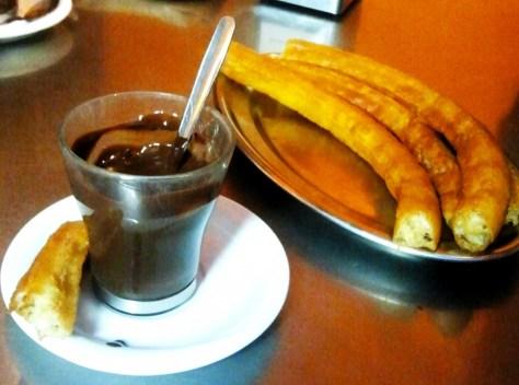 Churros e una tazza di ciccolata calda.