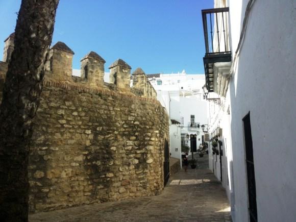 Cosa vedere a Vejer de la Frontera - La muraglia del Castello di Vejer integrato nell'arredamento urbano.
