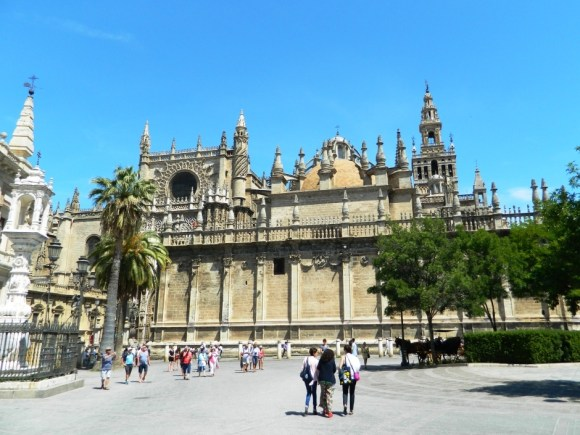 La Giralda e la Cattedrale di Siviglia, alla sinistra si situa l'Archivo de Indias.