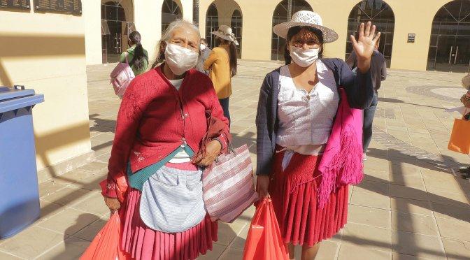 Vendedoras de mercados de Tarija se benefician con bolsas solidarias