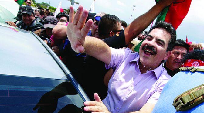 Levantan arraigo contra Manfred Reyes Villa y parte a EEUU