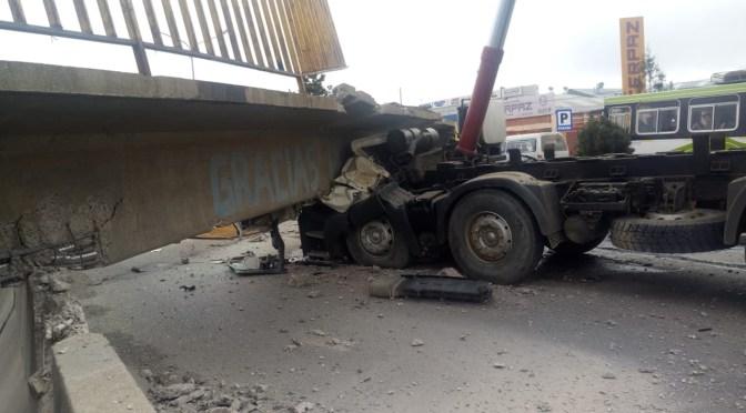Pasarela se desploma sobre dos vehículos; muere un chofer y otra persona queda herida