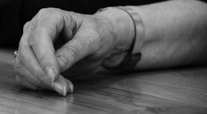 Denuncian a una auxiliar que maltrató a una anciana en una residencia de Madrid y lo grabó