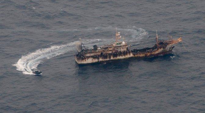 Una flota china clandestina de 340 buques está en Perú y se acerca a Chile para depredar sus recursos marítimos