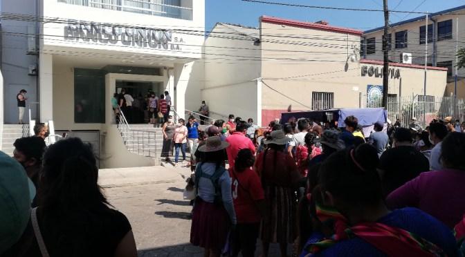 Filas y reclamos en el primer día de cancelación a rezagados del Bono Esperanza