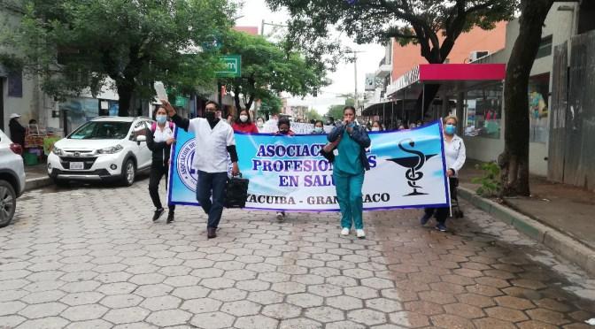 Trabajadores de salud marchan en Yacuiba exigiendo nivelación salarial
