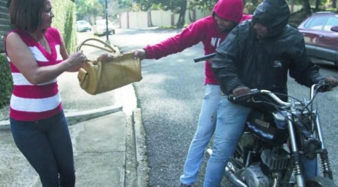 Motochorros le roban la cartera a una mujer en el barrio San Bernardo