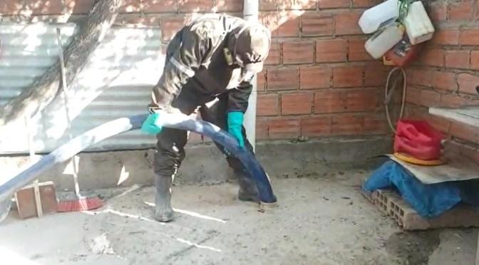 EMAT realiza la limpieza de los pozos sépticos en barrios periurbanos