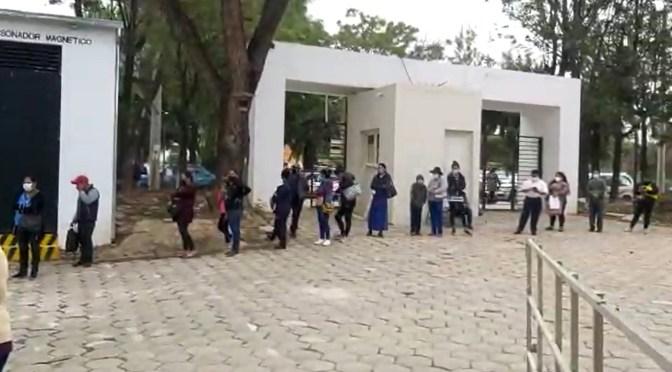 Se registran largas filas para sacar ficha en el Hospital San Juan de Dios