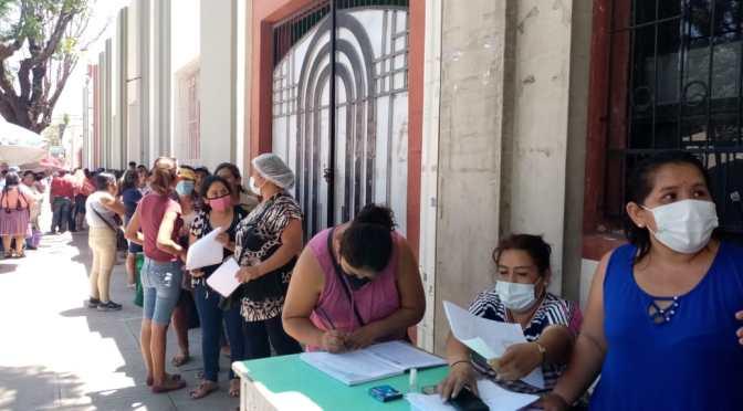 Padres de familia proceden firmar libros por inclusión al bono Hambre