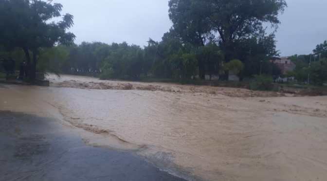 Bomberos socorrieron en tres zonas y dos barrios, la lluvia inundo varias casas