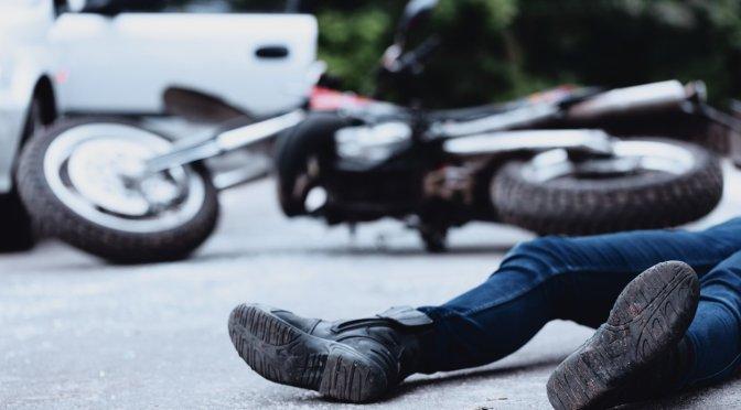 Un motociclista sufre una fractura de cráneo tras colisionar con una vagoneta