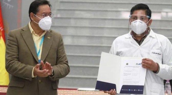 Arce entrega contratos a 3.025 profesionales de salud para enfrentar el COVID-19
