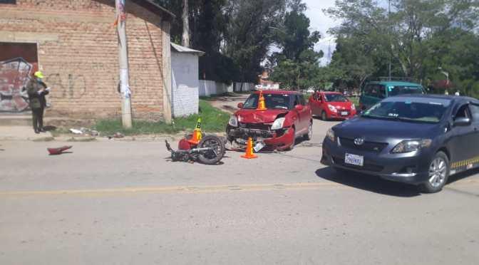 Una vagoneta colisiona con una motocicleta, se presume invasión de carril
