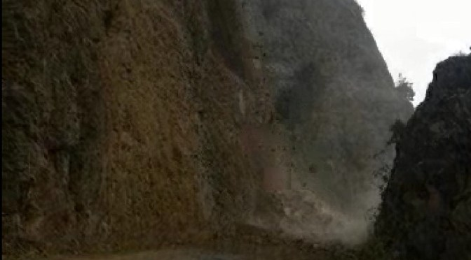 Interrumpen la circulación de vehículos por la variante Canaletas-Entre Ríos por derrumbes
