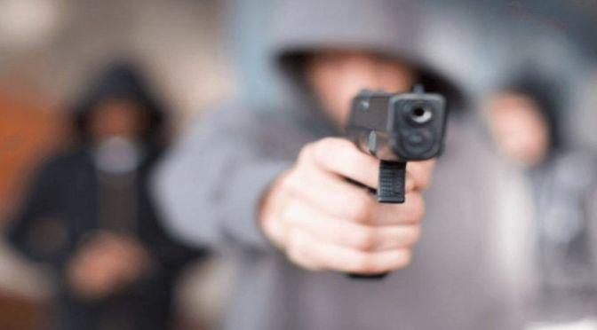 Asaltan con un arma de fuego a un hombre que paseaba con su amiga en el barrio Lapachos