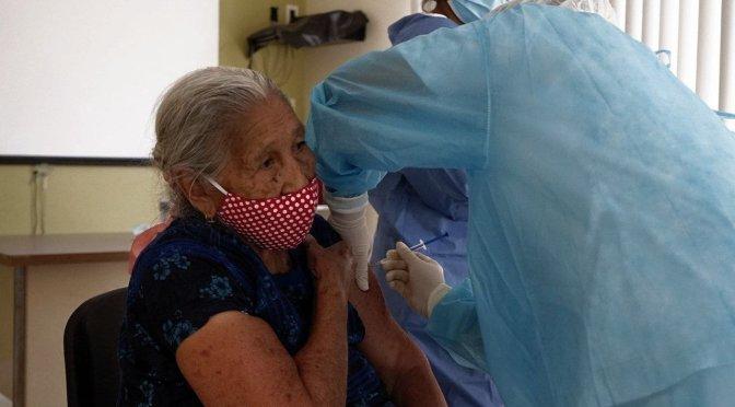 Sucre: Adultos mayores reclaman segundas dosis de Sputnik V; Salud pide paciencia