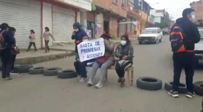 Padres de familia persisten en bloquear calles de Tarija y llaman a Alfonso Lema mentiroso