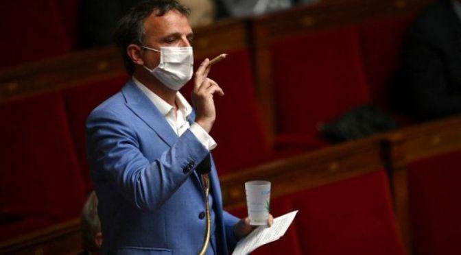 Diputado francés exhibe un porro en el parlamento para reclamar legalización de cannabis