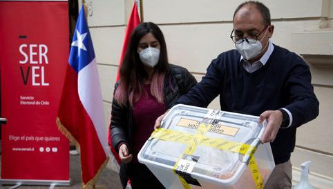 Chile vota en históricos comicios para elegir a quienes redactarán la nueva Constitución<br>