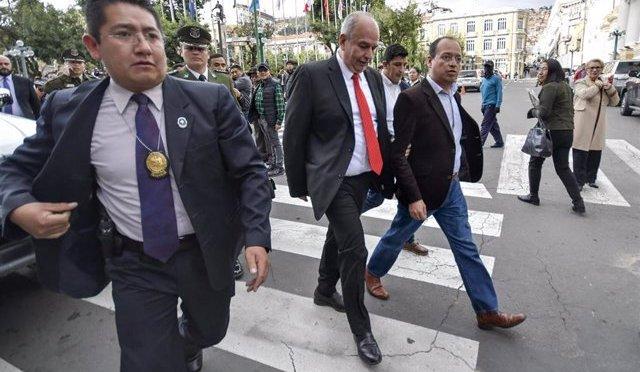 Cae allegado de Murillo tras retirar objetos de una caja de seguridad del exministro