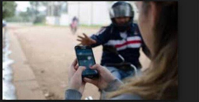 Un sujeto le roba el celular a una joven y escapa con su cómplice en una moto