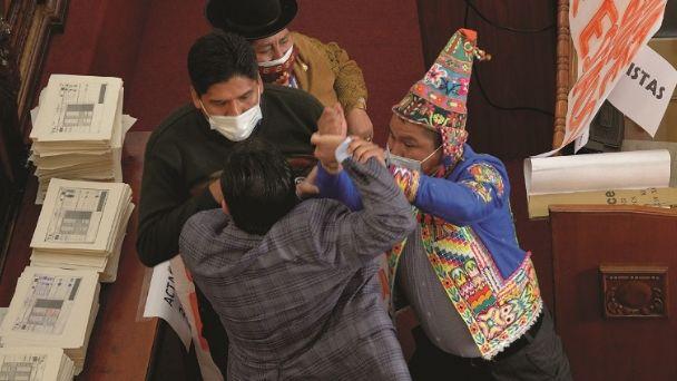 El MAS califica como «deplorable» la pelea en el hemiciclo de la ALP