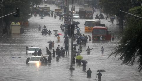 India: al menos 11 muertos al derrumbarse un edificio en Bombay afectado por las lluvias