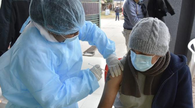 COVID-19: Mujeres embarazadas pueden vacunarse y aguardan estudio a menores de 18 años