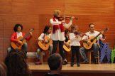 Concierto de Navidad 2016 - Mamá e hija violinistas acompañadas por nuestros guitarristas veteranos y el director de la escuela, Carmelo.