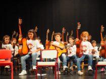 III Encuentro Guitarra Suzuki - Jovenes guitarristas saludando