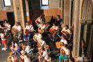 Vista cenital del escenario, con guitarristas