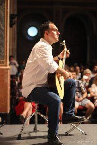 Profesor con la guitarra