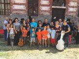 Familias y profesores de la escuela Andantino posando.