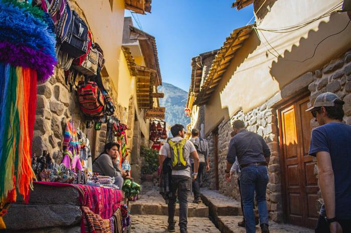 hombres caminando en las calle de cusco