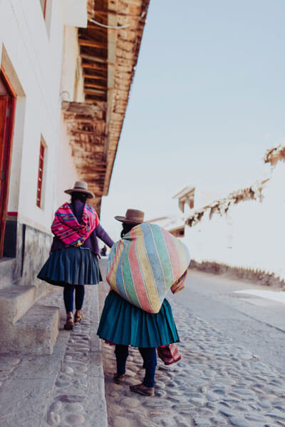mujeres caminando en cusco