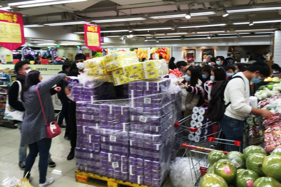 Scramble for toilet papers in a supermarket in Causeway Bay, Hong Kong, in Feb 2020. Projekt Anderen