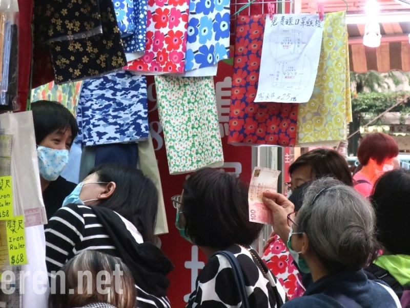In Sham Shui Po, Hong Kong, A woman is buying cloth, likely to prepare for DIY masks. 布口罩, 自製口罩, 民間口罩, 深水埗, Projekt Anderen
